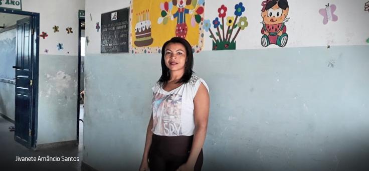 Jivanete posa em corredor da escola usando uma blusa estampada