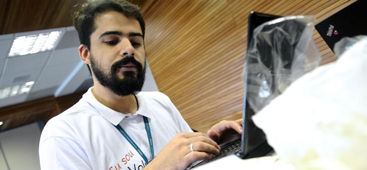 Pedro Facuri, voluntário da Fundação Telefônica Vivo aparece em frente a computador