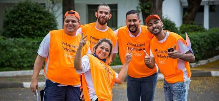 Jurandir Muniz Júnior, usa camiseta laranja da Fundação Telefônica Vivo