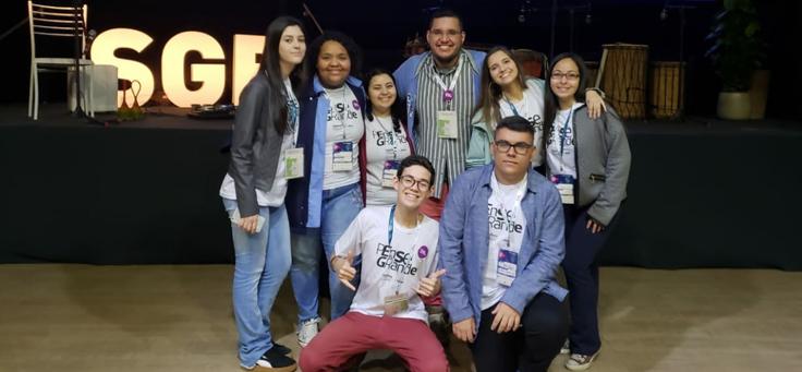Na foto, integrantes do grupo Women Work posam abraçados e com camiseta do programa Pense Grande