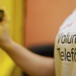Pessoa com camiseta do Vaciones Solidarias, projeto de voluntariado internacional, está com as mãos segurando objeto