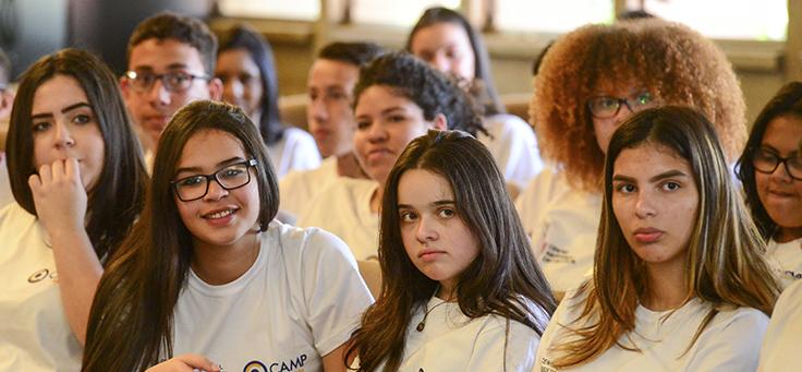 Quatro jovens trainees mulheres observam ação com trainees