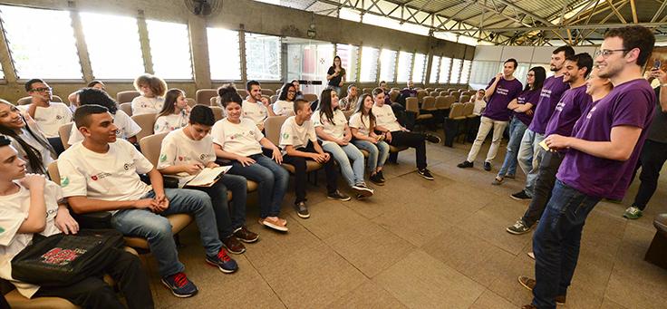 Trainees falam com jovens durante ação