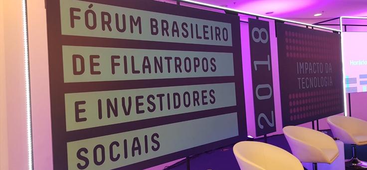Imagem mostra banner do Fórum Brasileiro de Filantropia, que debateu oportunidades e riscos da inteligência artificial