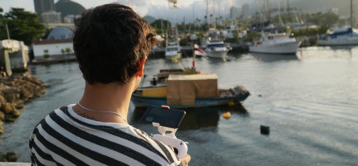 Jovem do projeto Barkus aparece de costas usando camiseta listrada em gravação do Pense Grande.doc