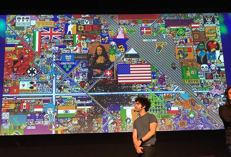 Palestrante posa em frente a quadro que reúne diversas ilustrações com referências culturais, como Monalisa e bandeiras de países como EUA
