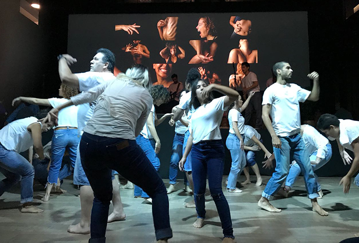 Na imagem, grupo de cerca de 12 pessoas movimentam seus corpos em uma espécie de dança, durante o festival Social Good Brasil