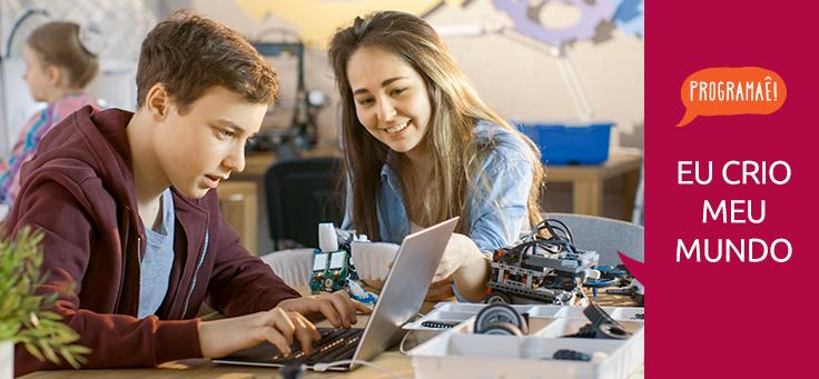 Imagem mostra pessoas usando computador. Ao lado da imagem se lê Programaê! Eu crio meu mundo