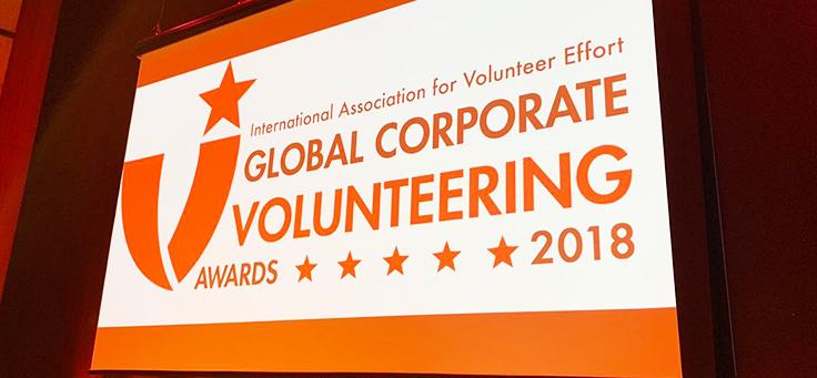 Imagem do telão com o nome do Prêmio Global de Voluntariado Corporativo 2018 escrita em inglês