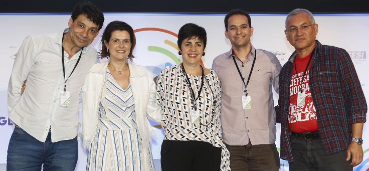 A gerente de programas sociais Mila Gonçalves posa ao lado de outros palestrantes do Educação 360
