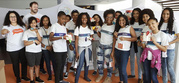 Jovens que participaram de oficina do Programaê no Educação 360 posam para a foto. Eles usam camiseta de escola pública do Rio