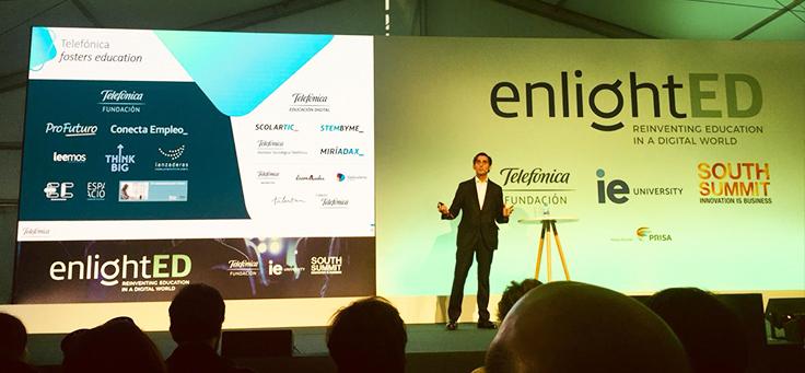 Na imagem, palestrante fala durante conferência enlightED 2018, que discutiu Educação na Era Digital
