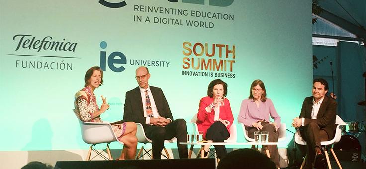 Na imagem quatro palestrantes aparecem no palco do enlightED 2018, que debateu educação na era digital