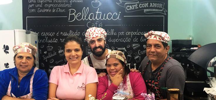 Jéssica Pereira, que tem Síndrome de Down posa no balcão do Bellatucci Café na gravação do Pense Grande.doc, que aborda empreendedorismo jovem