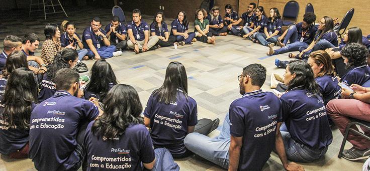 Educadores sentam no chão e formam uma roda durante formação do Aula Digital em Sergipe