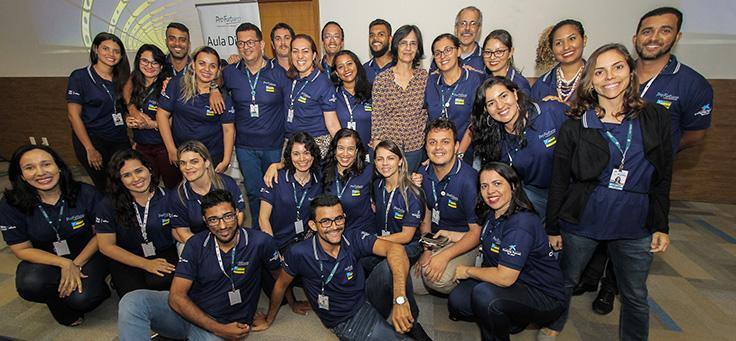 Professores posam para foto em grupo junto com a arquiteta Beatriz Goulart