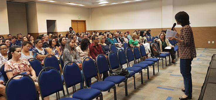 Beatriz Goulart fala para uma plateia de educadores em Sergipe
