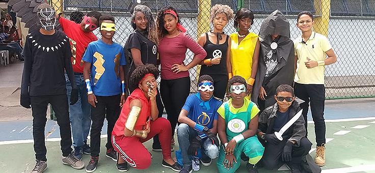 Alunos estão vestidos como super-heróis durante a Mostra Consciência Étnica