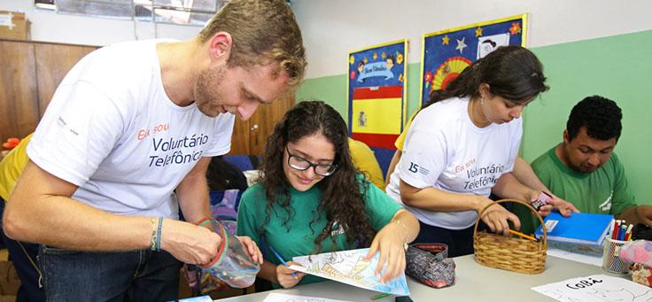 Imagem mostra voluntários em ação na Escola Primavera