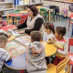 Imagem mostra professora lendo em voz alta em curso gratuito do projeto TRILHAS, focado em formação continuada para educadores