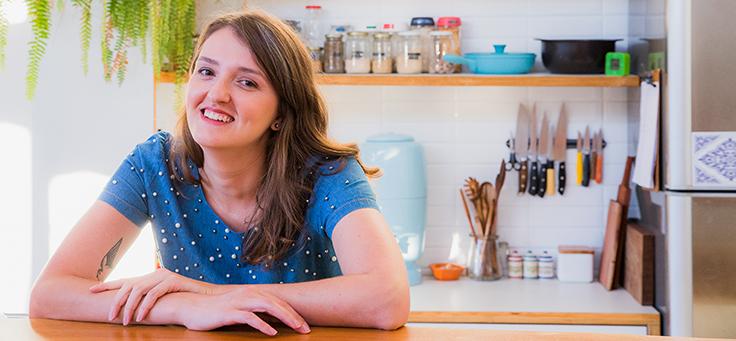 Cristal Muniz, autora do blog Um Ano Sem Lixo está sentada com as mãos apoiadas sobre a mesa