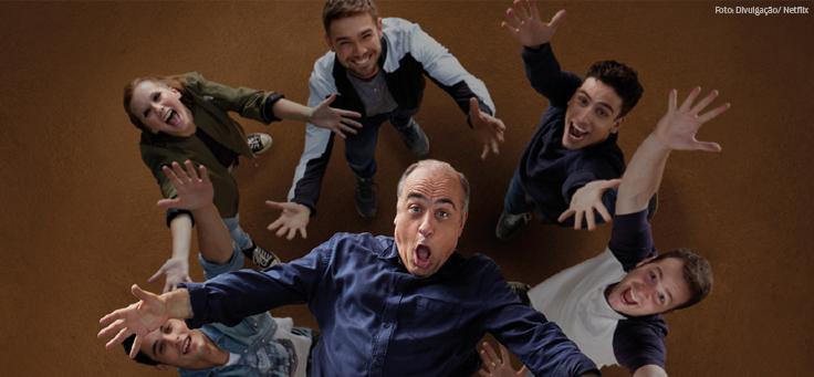 Imagem mostra cena do filme Merlí, em que protagonista é jogado para cima por alunos - matéria que traz oito séries e filmes inspiradores sobre educação foi destaque em 2018.
