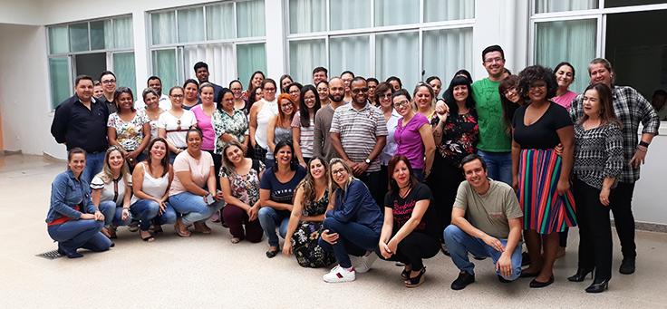 Professores de Itapeva-SP se reúnem em grupo para foto. Eles participaram de formação continuada da Fundação Telefônica Vivo em parceria com a Undime.