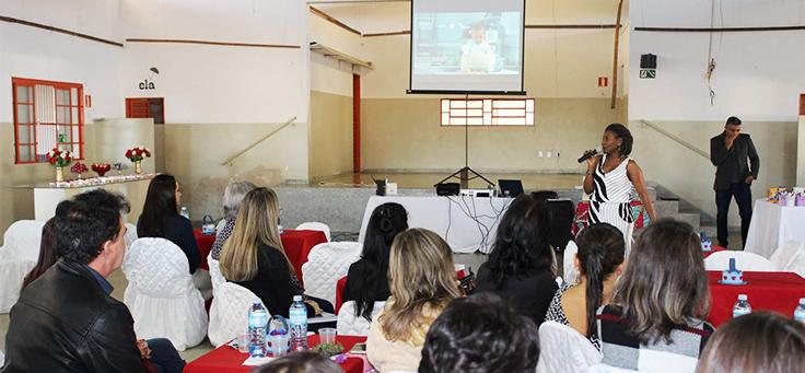 Professores estão sentados em mesas dentro de um auditório durante formação continuada da Fundação Telefônica Vivo em parceria com a Undime.