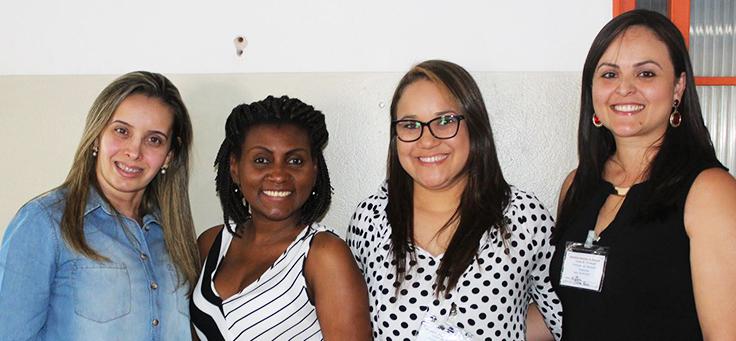 Grupo de quatro professoras posa para foto após formação continuada da Fundação Telefônica Vivo em parceria com a Undime.