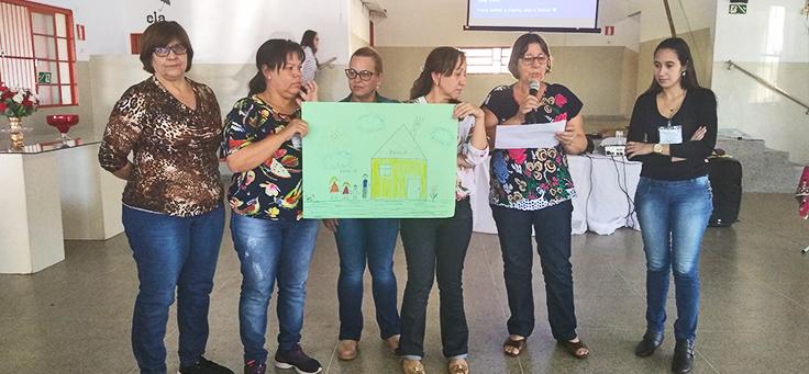 Grupo de professoras mostra desenho em frente a plateia durante formação continuada da Fundação Telefônica Vivo em parceria com a Undime.