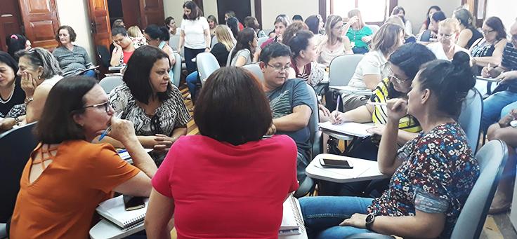 Professores de São Carlos-SP estão sentados em roda durante formação continuada da Fundação Telefônica Vivo em parceria com a Undime.