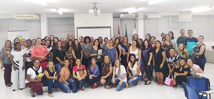 Grupo com cerca de 50 professores posa durante formação continuada da Fundação Telefônica Vivo em parceria com a Undime.