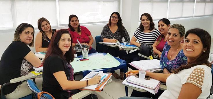 Professoras estão sentadas em roda durante formação continuada da Fundação Telefônica Vivo em parceria com a Undime.