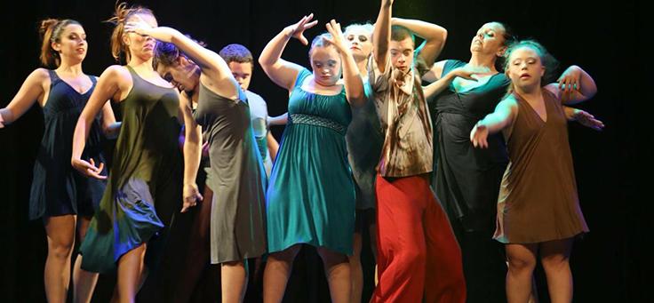 Imagem dos integrantes do grupo Movimentarte durante o espetáculo.