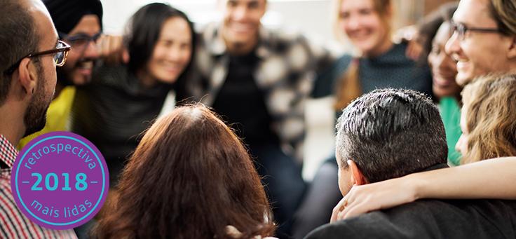 Imagem mostra pessoas com rosto desfocado abraçadas, formando um círculo – matéria relembra os destaques em voluntariado no site da Fundação Telefônica Vivo em 2018