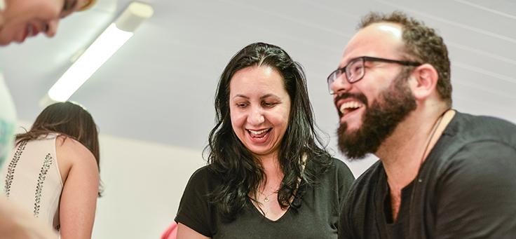 Beto Silva, formador que escreveu a introdução do caderno que reúne as boas práticas educacionais de Saloá-PE sorri ao lado de outros integrantes da Assessoria Inova Escola.