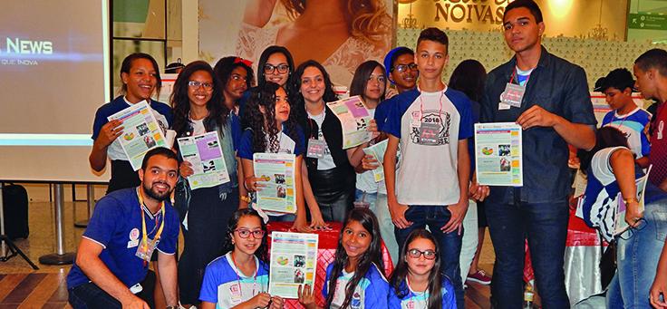 Alunos e professores de Vitória do Santo Antão-PE seguram exemplar impresso da Revista Digital, que reúne projetos de educação inovadores de escolas do município