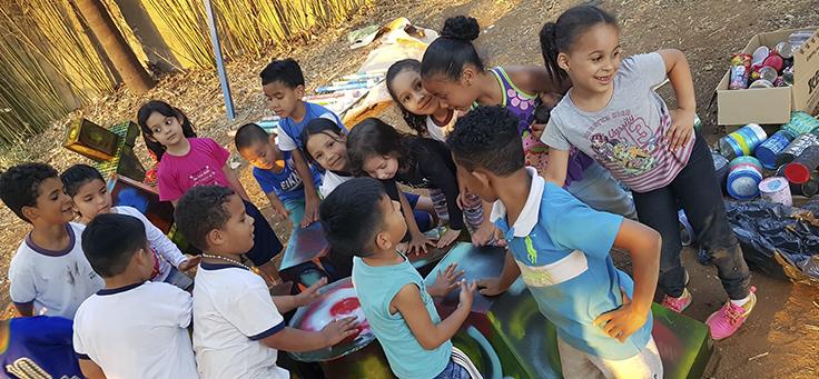 Na imagem vemos um grupo de crianças reunidas na Escola João Mendonça Filho