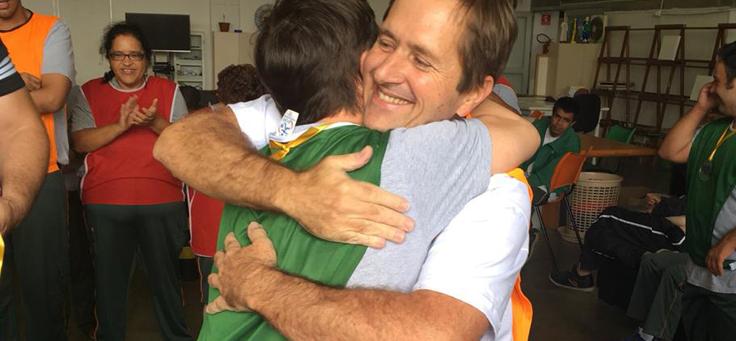 Na imagem, o colaborador Sidney Barboza abraça uma pessoa em uma das instituições visitadas.
