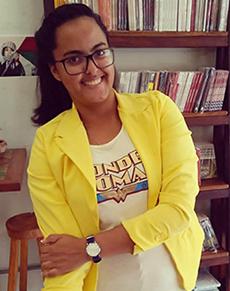 Diana Prates, que está usando um terno amarelo claro e óculos, acredita no poder da educação inclusiva.