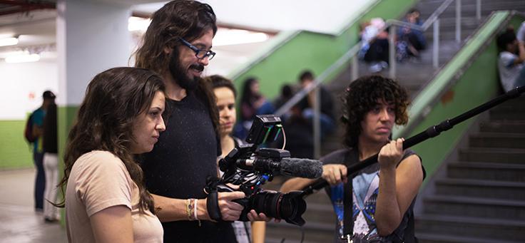 Diretora Alice Riff está ao lado do cinegrafista e outros integrantes da equipe técnica nos bastidores do documentário Eleições, que traz protagonismo jovem aos cinemas.