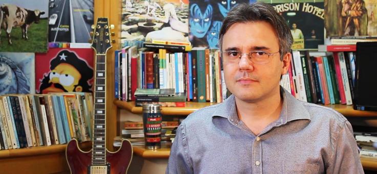 O professor e pesquisador André Azevedo da Fonseca, que analisa a influência do uso da internet no comportamento dos jovens, usa óculos, camisa e tem cabelos grisalhos.