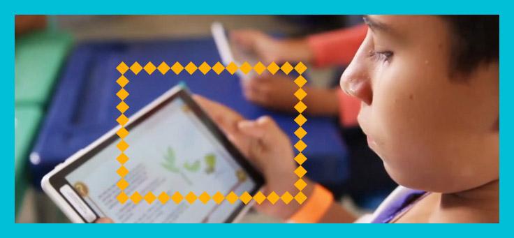Imagem mostra menino lendo num tablet