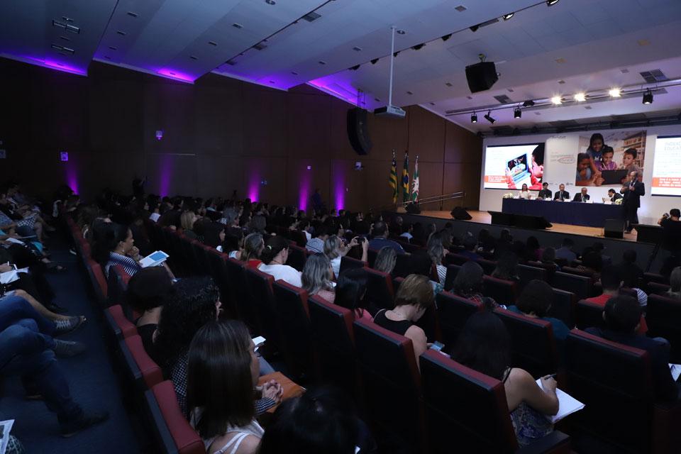 Imagem mostra auditório cheio em Goiânia para o lançamento do Projeto Aula Digital no município