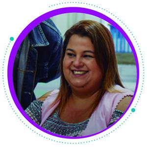 Imagem mostra rosto de Camila Stefanelli, que tem cabelos lisos e loiros e está sorrindo. A professora da EMEI Maria Lucia Petit deu depoimento sobre o Escolas Conectadas no Informe Social da Fundação Telefônica Vivo.