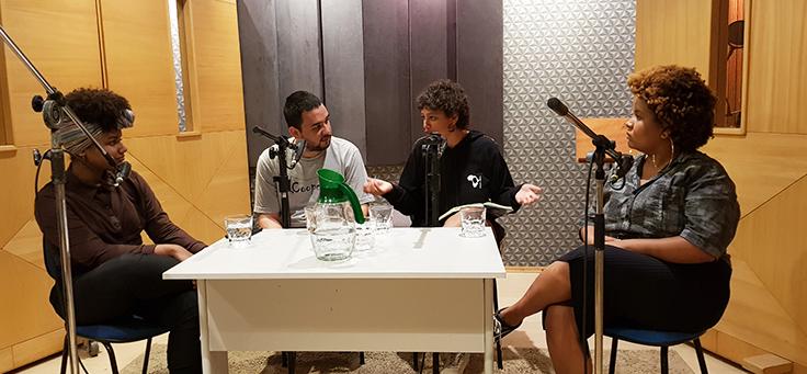 Na foto, é possível ver bastidores da gravação de podcast