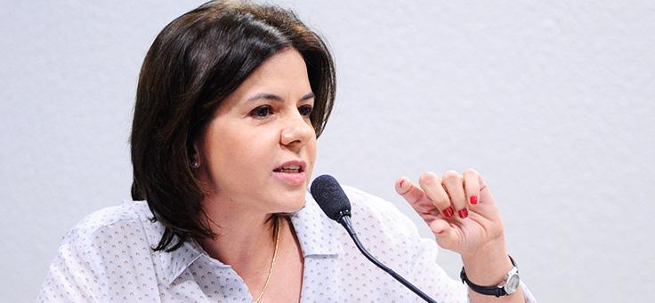 A diretora de formação Paula Louzano, que fala sobre fatores para melhorar a educação no Chile, tem cabelo curto e está falando ao microfone.