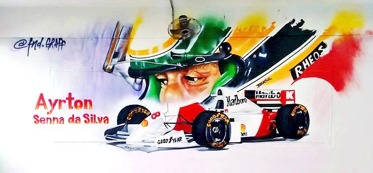 Imagem do carro de Ayrton Senna com o rosto do piloto ao fundo estampa uma das paredes de escola em Guarulhos no projeto Grafite na Escola.