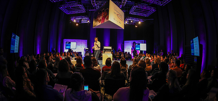 O gerente Rubem Saldanha, da Fundação Telefônica Vivo, aponta para plateia enquanto fala em evento em Viamão (RS) para distribuir kits do Aula Digital, projeto que incentiva a inclusão digital.