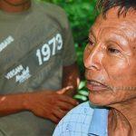 Integrante mais velho da tribo Matsés está em primeiro plano, com pintura no rosto, durante expedição dos indígenas na floresta amazônica.